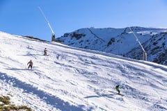 Narciarki na zbocze góry Sierra Nevada góra w Hiszpania regionie zdjęcie royalty free