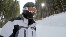 Narciarki narciarstwa puszek na skłonach w Bukovel ośrodku narciarskim zbiory wideo