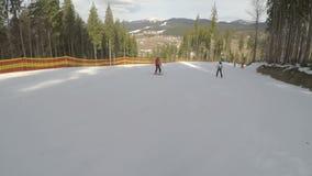 Narciarki narciarstwa puszek na skłonach w Bukovel ośrodku narciarskim zbiory