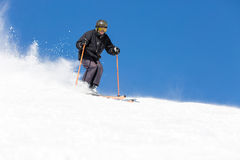 Narciarki narciarstwo na narciarskim skłonie zdjęcia stock