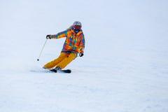 Narciarki narciarstwo w świeżym śniegu na narciarskim skłonie Obrazy Royalty Free