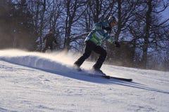 Narciarki narciarstwo zjazdowy w wysokich górach Fotografia Royalty Free
