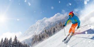 Narciarki narciarstwo zjazdowy w wysokich górach zdjęcie royalty free