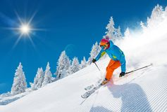 Narciarki narciarstwo zjazdowy w wysokich górach obrazy stock