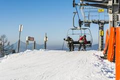 Narciarki opuszczają chairlift Fotografia Royalty Free