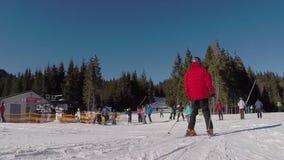 Narciarki przychodzić od śnieżnych gór, narciarski dźwignięcie niosą ludzi up na górze, narciarki pochodzą od śnieżnego zdjęcie wideo