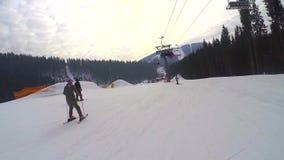 Narciarki przychodzić od śnieżnych gór, narciarski dźwignięcie niosą ludzi up na górze, narciarki pochodzą od śnieżnego zbiory