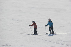 Narciarki są narciarstwem zjazdowym zdjęcia stock