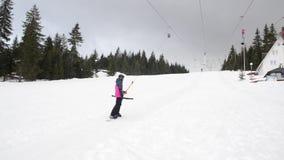 Narciarki używa narciarskiego dźwignięcie zakotwiczają na górze Ludzie rusza się wolno ciężkiego na włóczydła dźwigni zbiory