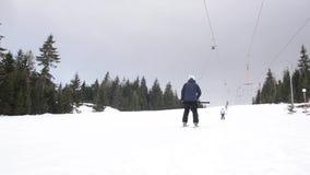 Narciarki używa narciarskiego dźwignięcie zakotwiczają na górze Ludzie rusza się wolno ciężkiego na włóczydła dźwigni zdjęcie wideo