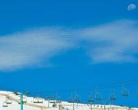 Narciarscy dźwignięcia przy ośrodkiem narciarskim zdjęcie royalty free
