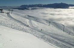 Narciarscy skłony na południowej skłonu Aibga grani Zachodni Kaukaz przy Rosa Khutor Alpejskim kurortem Fotografia Stock