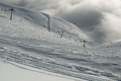Narciarscy skłony w chmurach na południowej skłonu Aibga grani Zachodni Kaukaz przy Rosa Khutor Alpejskim kurortem Obraz Stock