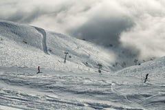 Narciarscy skłony w chmurach na południowej skłonu Aibga grani Zachodni Kaukaz przy Rosa Khutor Alpejskim kurortem Zdjęcie Stock