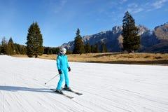 Narciarska narciarka przy Passo Groste narty terenem i skłon Zdjęcie Royalty Free