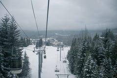 Narciarski chairlift i gondola iść up śnieg zakrywaliśmy górę pośrodku Obrazy Stock