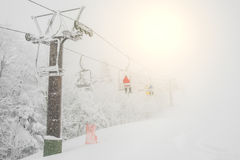 Narciarski dźwignięcie nad śnieżną górą w ośrodku narciarskim Obrazy Royalty Free
