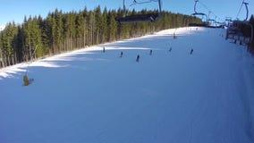 Narciarski dźwignięcie niesie ludzi up na górze Narciarki pochodzą od śnieżnych gór zdjęcie wideo