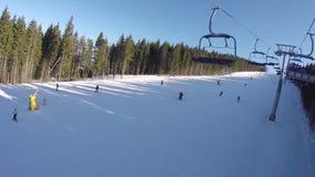 Narciarski dźwignięcie niesie ludzi up na górze Narciarki pochodzą od śnieżnych gór zbiory