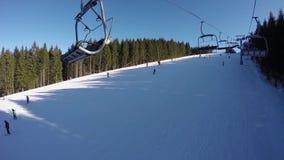 Narciarski dźwignięcie niesie ludzi up na górze Narciarki pochodzą od śnieżnych gór Ludzie są narciarstwem, wysokie świerczyny zbiory wideo