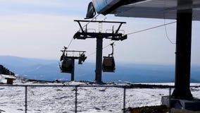 Narciarski dźwignięcie rusza się na tle góra i błękitny wiosny niebo zbiory