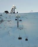 Narciarski dźwignięcie w ośrodka narciarskiego Dużym drewnie Biegunowa noc, półmrok, niekorzystni warunek pogodowy Obrazy Royalty Free