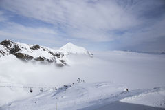 Narciarski dźwignięcie w wysokich górach nad chmury Zdjęcie Royalty Free