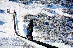 Narciarski dźwignięcie z narciarkami Piękny zimy góry krajobraz od Bułgaria rila mountainr Obraz Stock