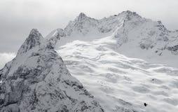 Narciarski halny kurort w Kaukaz górach, Dombai, Rosja Fotografia Stock