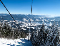 Narciarski holowniczy w zim górach Obraz Stock