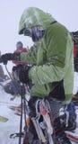 Narciarski mountaineering w zimie podczas złej pogody w Szwajcarskich Alps Zdjęcie Royalty Free