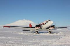 Narciarski samolot na śnieżnym pasie startowym przy McMurdo Zdjęcia Royalty Free