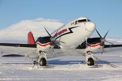 Narciarski samolot na śnieżnym pasie startowym przy McMurdo Obraz Royalty Free
