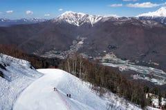 Narciarski skłon w Sochi Krasnaya Polyana halnym kurorcie przy słonecznym dniem przeciw śnieżnego szczytu i niebieskiego nieba zi Obraz Royalty Free