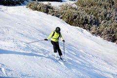 Narciarski skłon z narciarkami Piękny zimy góry krajobraz od Bułgaria rila mountainr Zdjęcia Stock