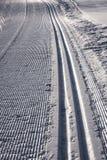 Narciarskich śladów Szlakowy śnieg Obrazy Stock