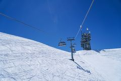 Narciarskie życie wysokie góry śnieżne w zimy niebieskiego nieba tle Fotografia Royalty Free