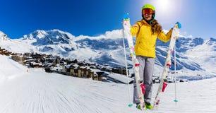 Narciarskiego nastolatka sporty dziewczyna ma zabawę na zimie obrazy stock