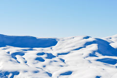 Narciarstwo ślada na nakrywać górach w Alps Zdjęcie Stock