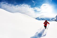 Narciarstwo: męska narciarka w prochowym śniegu Zdjęcia Stock