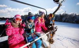 Narciarstwo, narciarski dźwignięcie, zima - narciarki na narciarskim dźwignięciu przy górą obraz royalty free