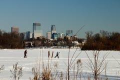 Narciarstwo pod Minneapolis linią horyzontu na jeziorze wyspy zdjęcie stock