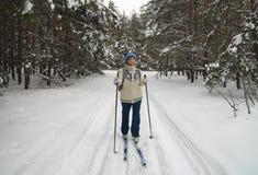 narciarstwo starzejąca się środkowa kobieta obraz royalty free