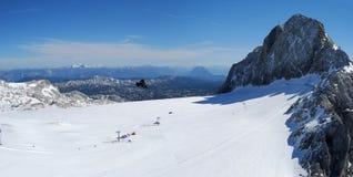 Narciarstwo terenu panorama na Dachstein obrazy stock