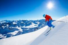 Narciarstwo z zadziwiającym widokiem szwajcarskie sławne góry w pięknej zimy Mt śnieżnym forcie Matterhorn Herens i wklęśnięcie d obrazy stock
