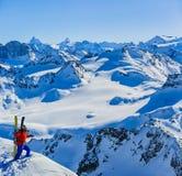 Narciarstwo z zadziwiającym widokiem szwajcarskie sławne góry w pięknej zimy Mt śnieżnym forcie Matterhorn Herens i wklęśnięcie d fotografia stock