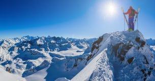 Narciarstwo z zadziwiającym widokiem szwajcarskie sławne góry w pięknej zimy Mt śnieżnym forcie Matterhorn Herens i wklęśnięcie d obraz stock