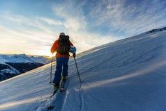 Narciarstwo z zadziwiającym widokiem szwajcarskie sławne góry w pięknym zdjęcia stock