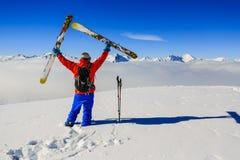 Narciarstwo z zadziwiającym widokiem szwajcarskie sławne góry w pięknym obraz stock