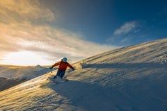 Narciarstwo z zadziwiającym widokiem szwajcarskie sławne góry w pięknym zdjęcie stock